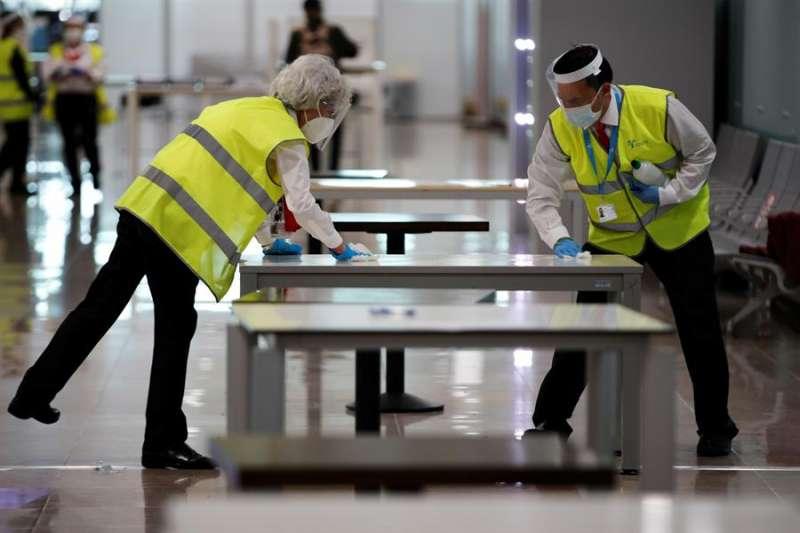 Vista de las instalaciones del Aeropuerto El Prat de Barcelona que se adaptan para aplicar el nuevo protocolo de seguridad en los aeropuertos españoles. EFE/ Alejandro García POOL