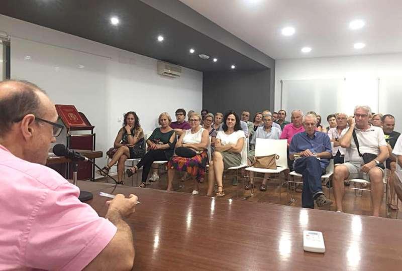 El alcalde de Benifairó en la reunión informativa con los vecinos. EPDA