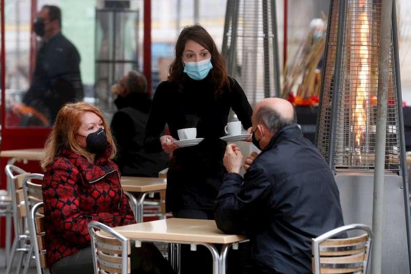 Una camarera atiende a unos clientes en una terraza. EFE/Kai Försterling/Archivo