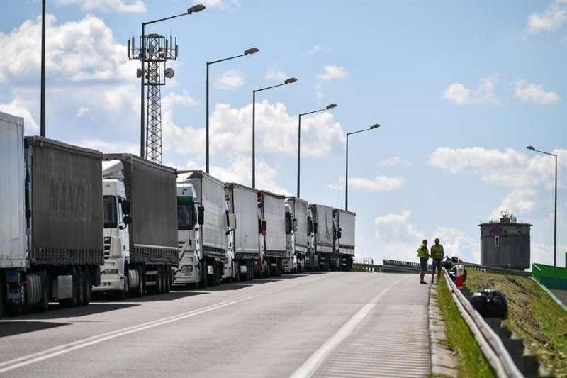 Imagen de archivo de varios camiones. EFE