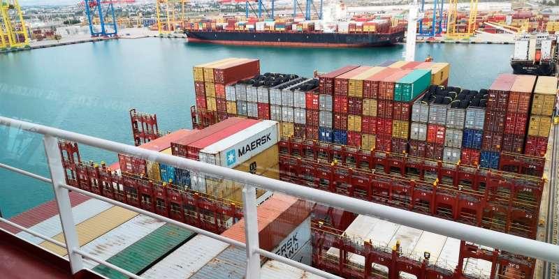 Imagen de movimiento de contenedores en el puerto de València. EFE/APV
