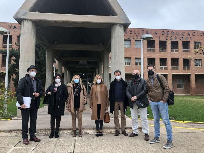 Foto de familia en la entrada de la Conselleria de Educación. / EPDA