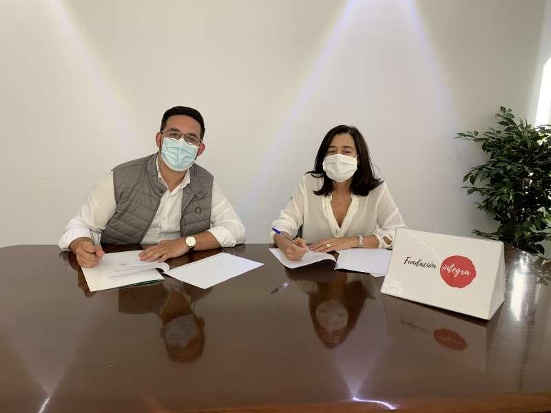 El alcalde Héctor Troyano y Nazareth Escribano, responsable de Fundación Integra de la zona Levante y Baleares en el momento de la firma. / EPDA