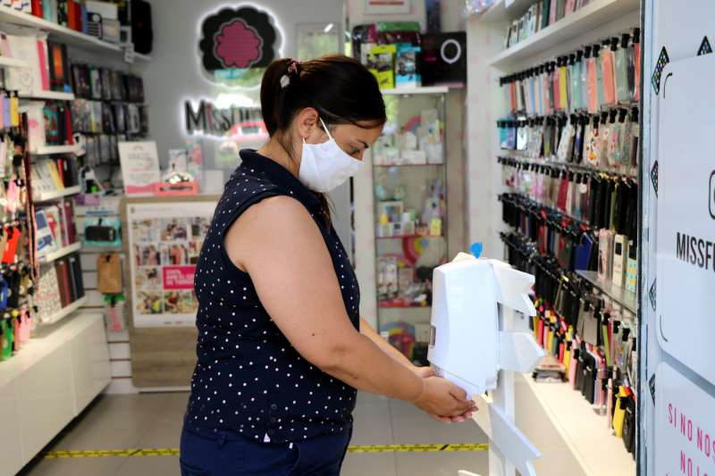 Una persona con mascarilla en una tienda. EPDA