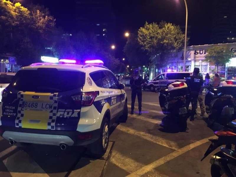Imagen cedida por la Policía Local de Alicante de uno de sus dispositivos de seguridad anticovid de este fin de semana. EFE