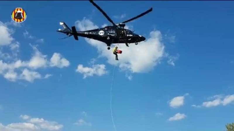 Un agente de bomberos sube el cuerpo hasta el helicóptero. / EPDA