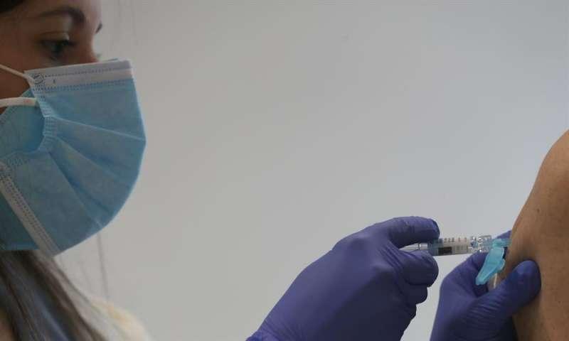Una enfermera pone una vacuna. EFE/Luis Tejido/Archivo