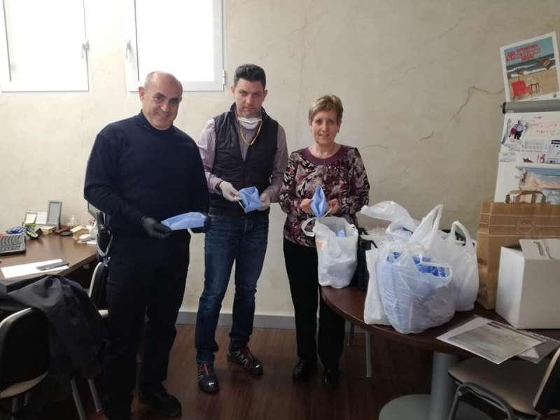 El portavoz del PP haciendo entrega a la alcaldesa socialista. EPDA