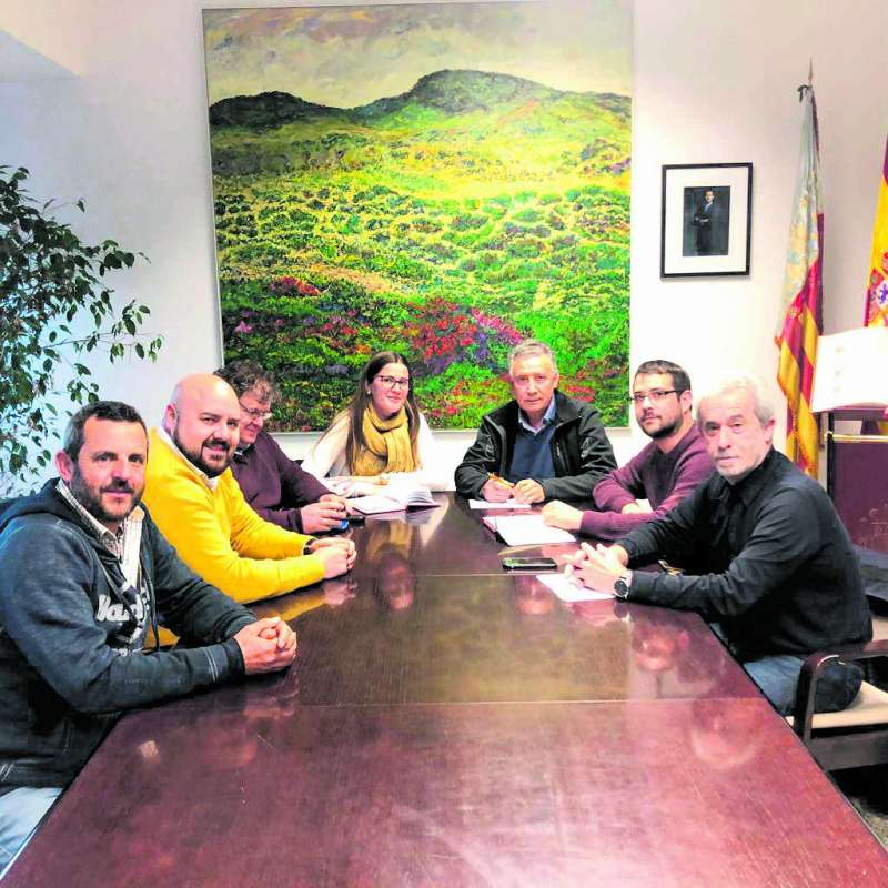 El predidente de la Mancomunitat con alcaldes de La Baronia en la reunión de urgencia. EPDA