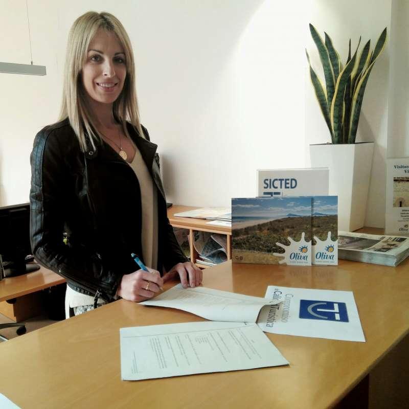 La concejala de Turismo de Oliva, Mireia Morera, del grupo Projecte Oliva, inicia este proceso de implantación con la firma del Protocolo de Adhesión de Destinos.