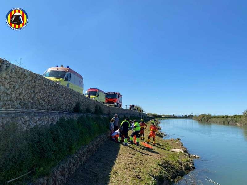 Personal sanitario y bomberos asisten al menor en el lugar del accidente