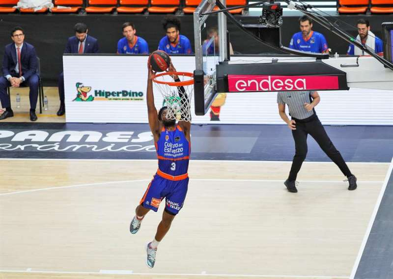 El escolta estadounidense de Valencia Basket, Jordan Loyd, anota en solitario durante uno de los partidos de la fase final de la Liga Endesa disputados sin público. EFE
