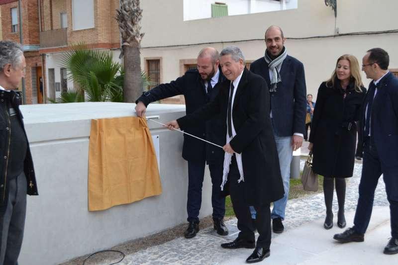 Momento del descubrimiento de la placa entre el alcalde y el vicepresidente de la Diputación. FOTO P. V.