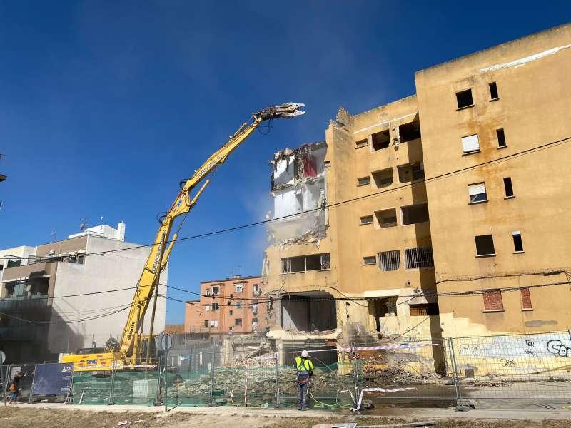 Trabajos de demolición de la finca amarilla de Paterna