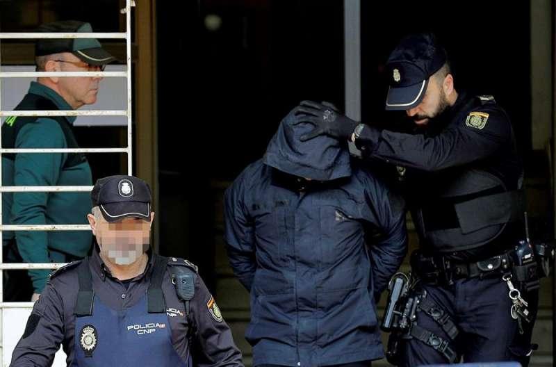 El autor confeso del crimen de Manuel, Jorge Ignacio P., a su salida de los juzgados de Alzira. EFE