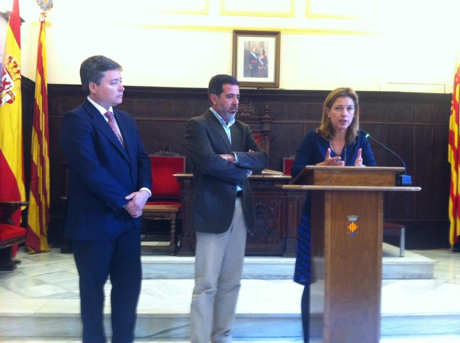 El subdelegado del Gobierno, Alfredo Castellón y Paula Sánchez de León. FOTO P. V.