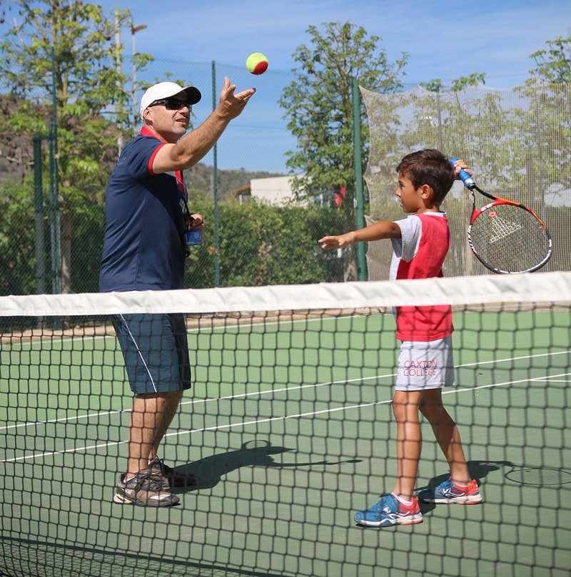 Alumno y entrenador de Caxton College durante una clase de extraescolares de tenis. epda