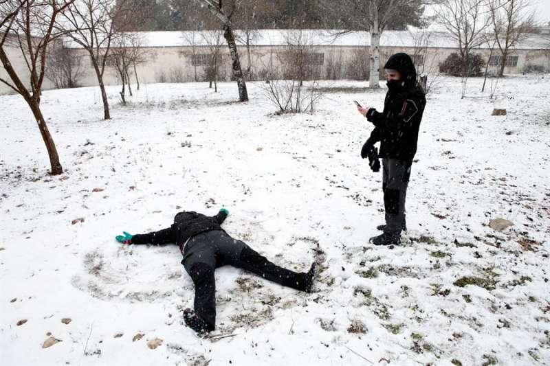En la imagen, unos jóvenes juegan en la nieve en Requena (Valencia). EFE