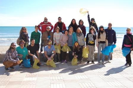 Un total de 25 personas bastaron para, repartidas en dos grupos, hacer una buena primera recogida, en su mayoría residuos plásticos entre otros. FOTO: EPDA.