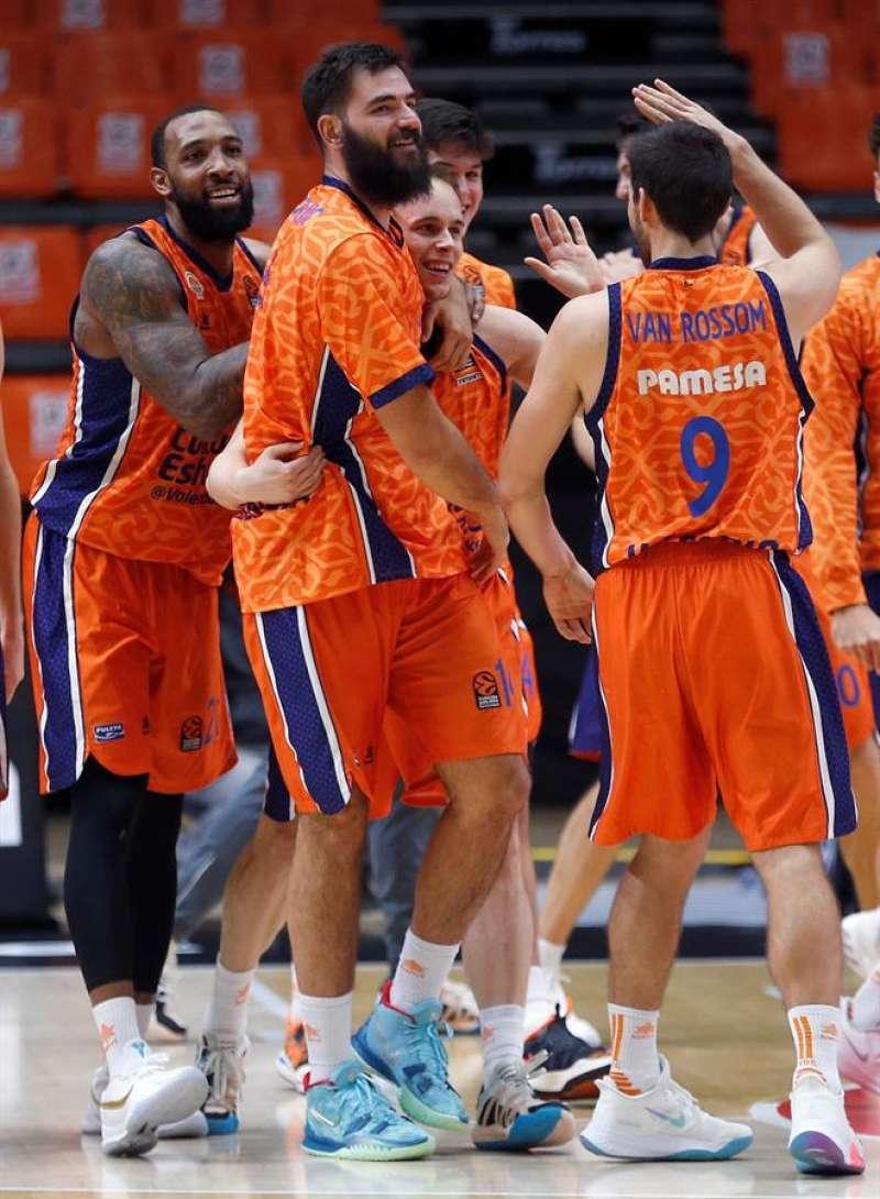 Los jugadores del Valencia Basket celebran una canasta. EFE/Miguel Ángel Polo/Archivo