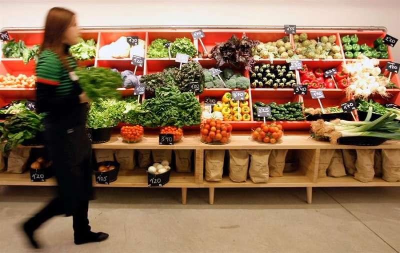 Imagen de archivo de una tienda con frutas y verduras ecológicas y cultivadas en huertos de València. EFE