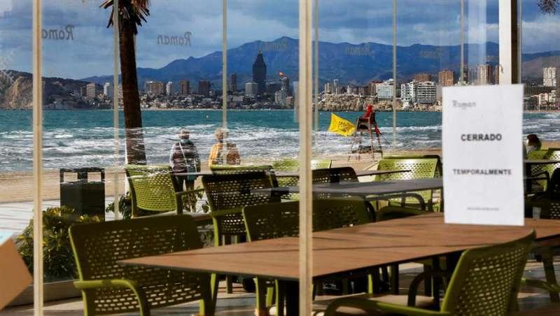 Uno de los restaurantes de la playa de Levante de Benidorm cerrado por las restricciones por covid. EFE