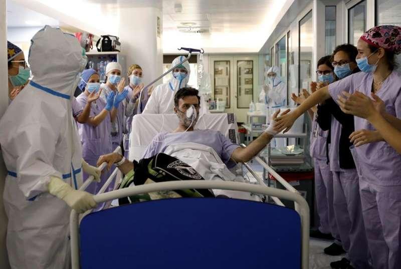 Carlos, de 48 años y paciente de la UVI durante mas de tres semanas, sale de la Unidad de Cuidados intensivos del hospital Clínico de València
