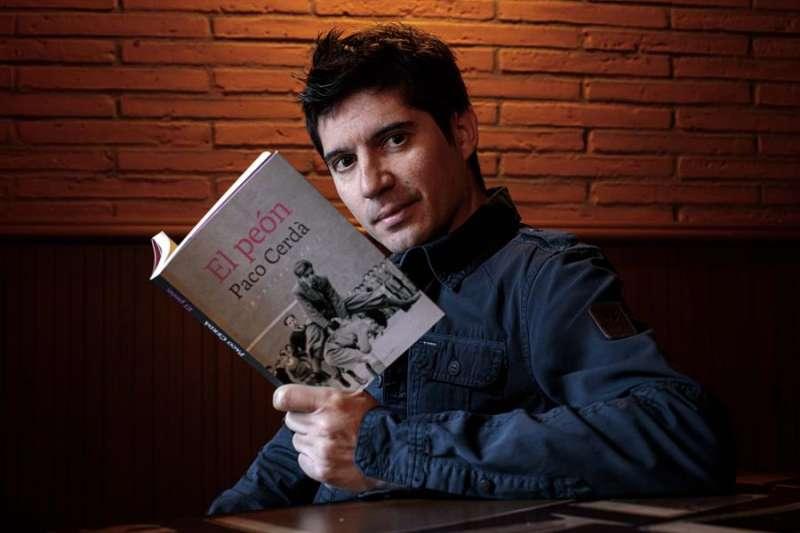 Momento de la entrevista al escritor y periodista Paco Cerdà con motivo de su libro,