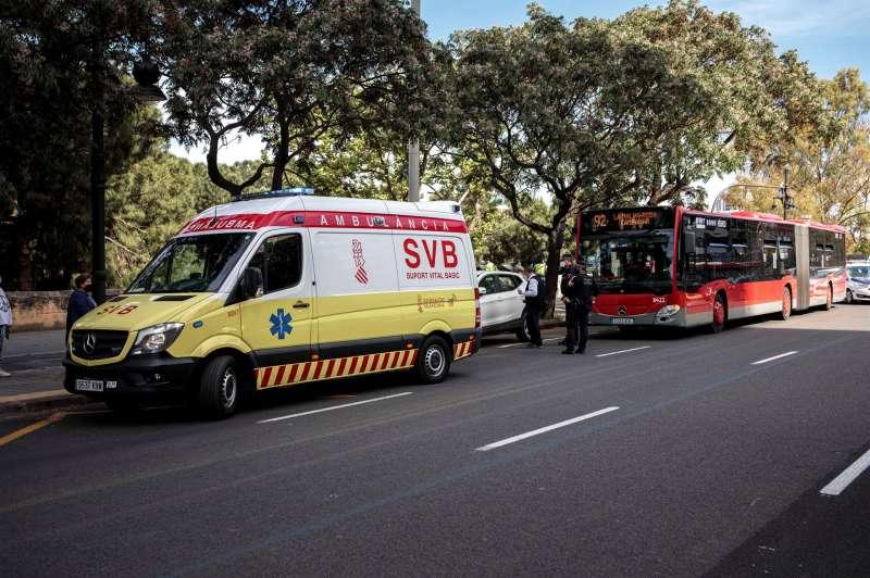 Cuatro personas han resultado heridas leves en un accidente entre un autobús de la EMT y un turismo en el cruce entre el puente de Aragón y la avenida Jacinto Benavente. Según ha informado la Policía Local, varios pasajeros del autobús han resultado heridos con cortes por la rotura de una luna en la colisión.