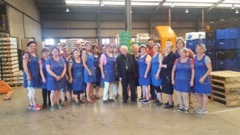 El cardenal visita un almacén de naranjas. EPDA