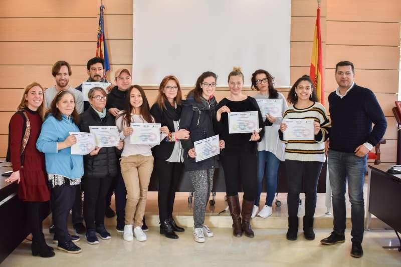 Alumnos del curso con sus diplomas
