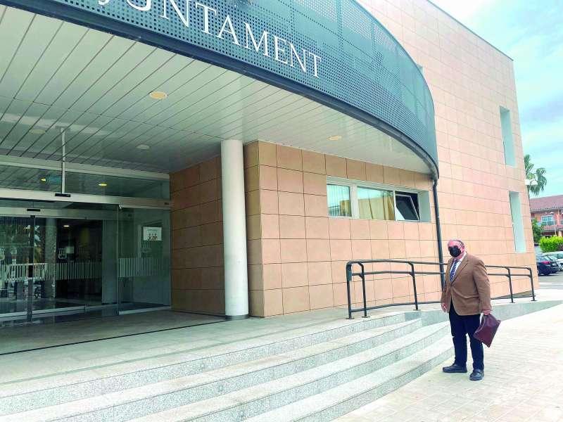 José Antonio Sancho Sempere, frente al ayuntamiento de Canet. EPDA