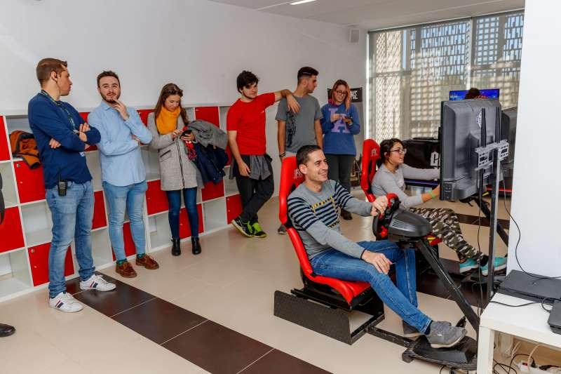 Bielsa en el Gaming Experience de Mislata con otros jóvenes de la ciudad. EPDA
