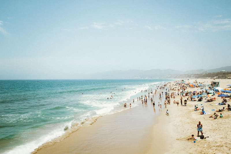 Turistas en la playa / EPDA