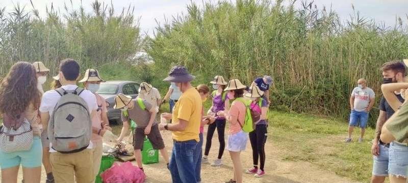 Varios de los voluntarios en la Albufera, en el término de Massanassa. EPDA