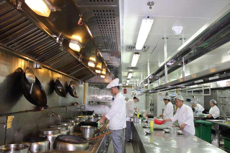 Unos cocineros preparan comida en una imagen de archivo. EFE