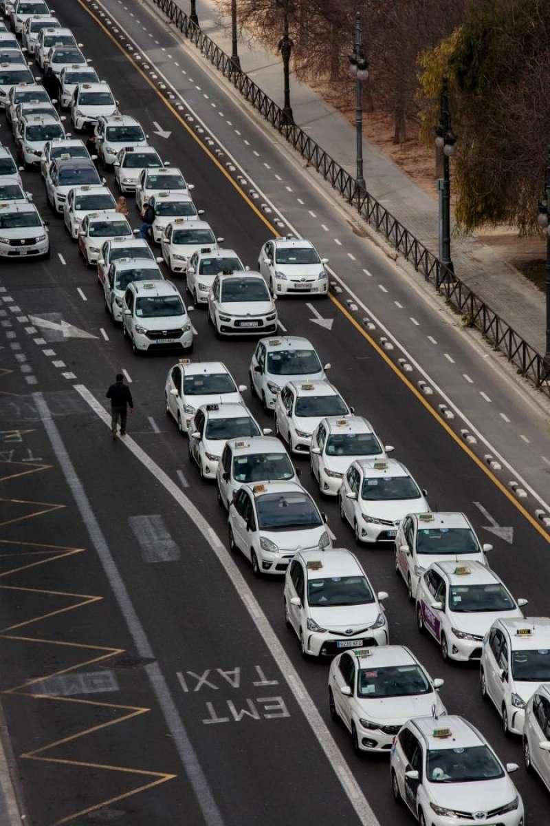 Siete asociaciones de taxistas convocan una protesta en defensa del sector, con una cola de vehículos aparcados desde la calle Pintor López hasta la calle Xàtiva y una marcha a pie hasta el Palau de la Generalitat. EFE