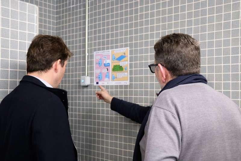 El alcalde, Jesús Ros, visitando el nuevo sistema de ahorro de agua