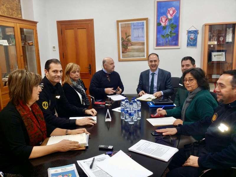 El subdelegado del gobierno junto al alcalde de Nàquera y el resto de responsables de la seguridad de la localidad. //EPDA