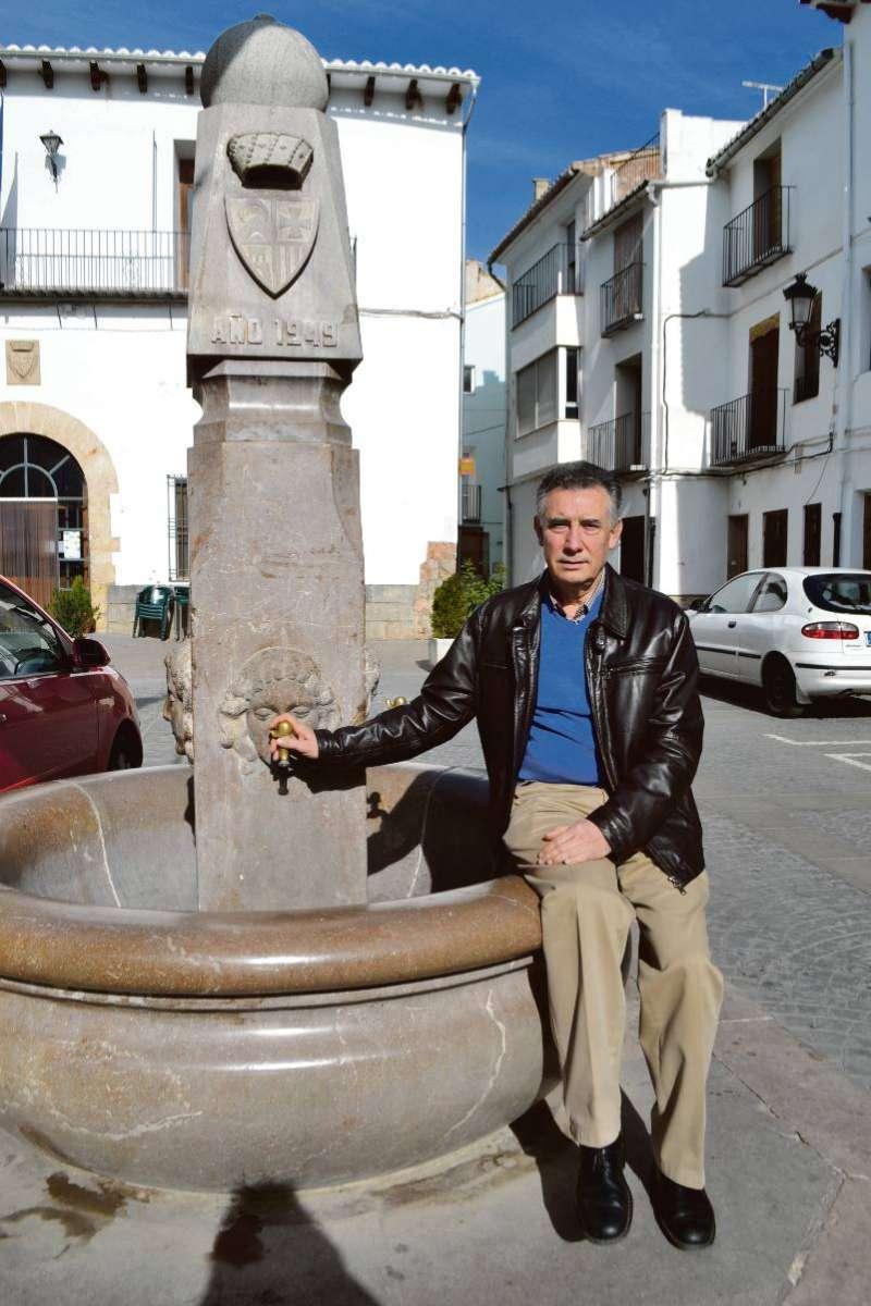 Juan Emilio Lostado en la fuente de la plaza del Ayuntamiento. EPDA