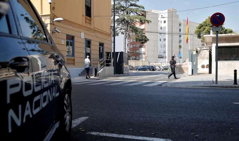 Una imagen de archivo del acceso a la comisaría de Zapadores de València. EFE