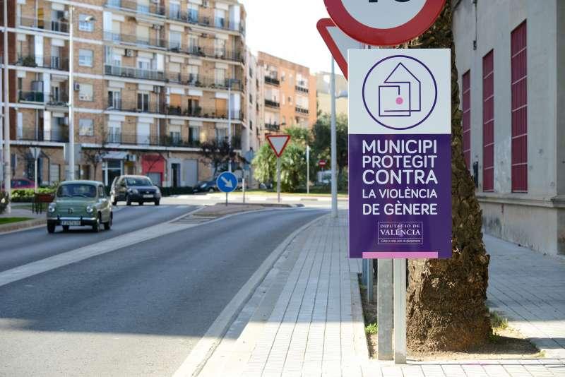 Plaques de municipi adherit a la Xarxa de Municipis Protegits contra la violència de gènere a Paiporta. EPDA