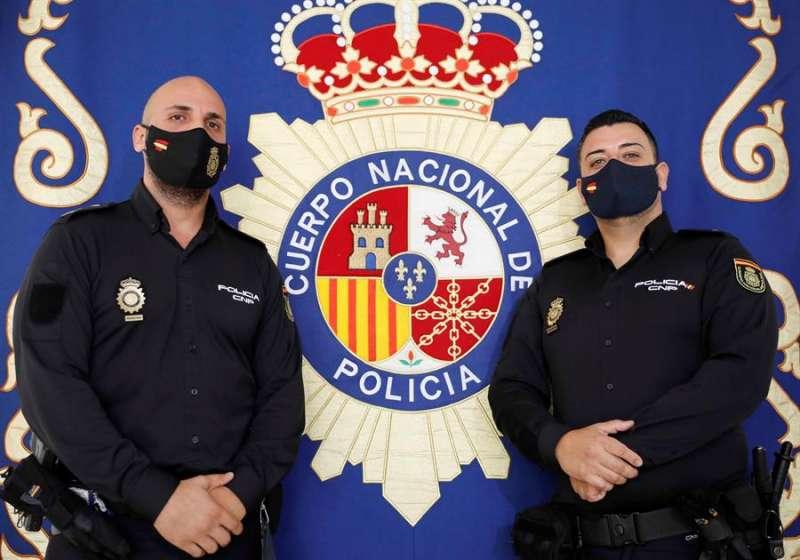Los dos agentes de la Policía Nacional pertenecientes al Grupo de Atención al Ciudadano de Valencia. EFE