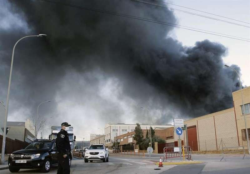 Imagen de archivo de la columna de humo generada por el incendio en una fábrica. EFE/Juan Carlos Cárdenas/Archivo