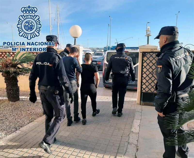 Foto cedida por la Policía Nacional de la detención de integrantes de la banda que asaltaron con armas de fuego 25 viviendas en Alicante. EFE