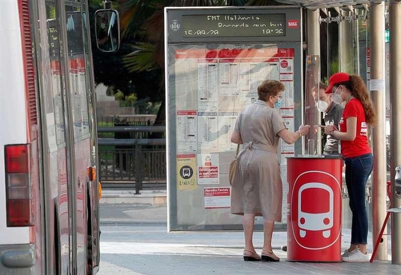 Información en una parada en el centro de valencia. EFE