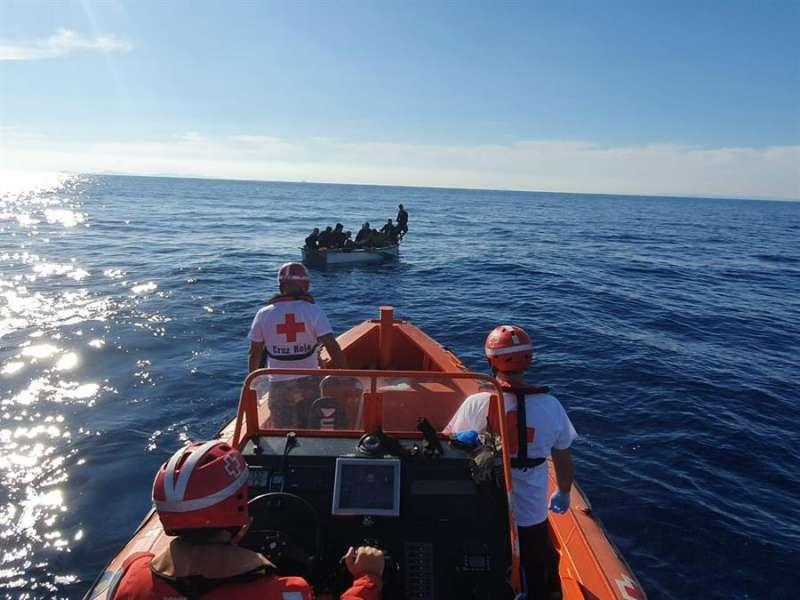 Imagen de la última patera localizada frente la costa de Alicante facilitada por Cruz Roja. EFE