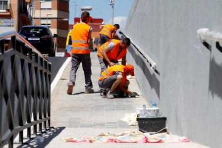 Los alumnos pintando el paso subterráneo. FOTO: EPDA