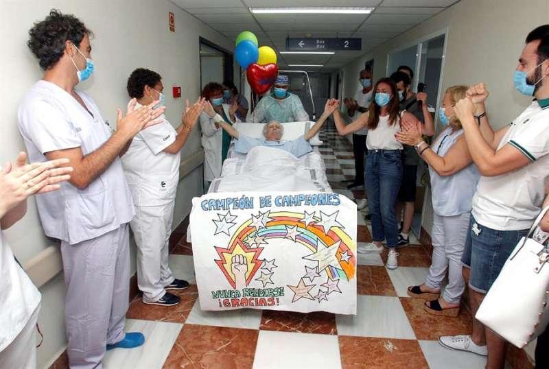 Imagen de archivo de un paciente del Hospital General de Alicante que abandonó la UCI tras 101 días ingresado por coronavirus. EFE/MORELL.