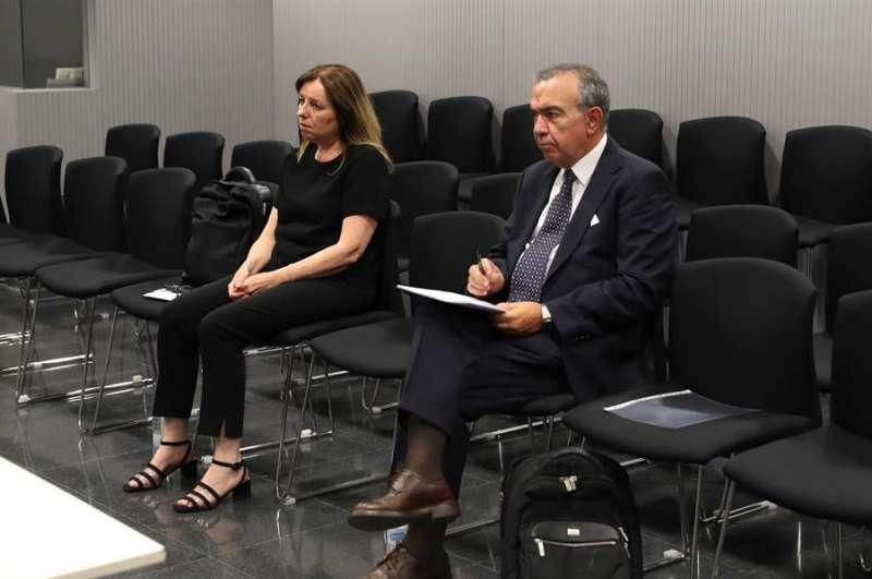 Los ex directores generales de la Caja de Ahorros del Mediterráneo (CAM) Roberto López Abad y María Dolores Amorós durante el juicio. EFE